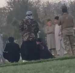 """مقطع فيديو مثير للجدل لعنصر من """"طالبان"""" يصفع أطفالا بسبب """"لعبهم البابجي"""""""